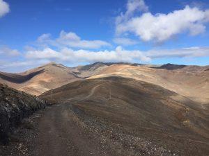 Zum Pico de la Zarza geht es über Schotterwege hinauf