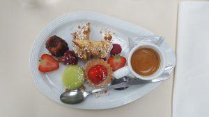 Ein Café Gourmand ist ein Nachtisch mit Espresso, der viele verschiedene kleine Leckereien kombiniert. Wie ein Probier-Teller für Nachspeise.